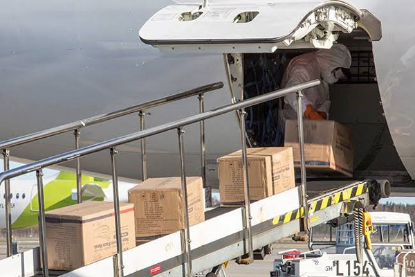 the worker loading the parcel to the plane-2