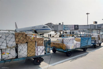 the worker loading the parcel to the plane-5